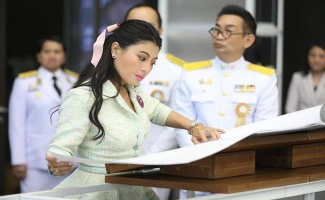 Theo trang tin Express, đứng đầu danh sách những công chúa, công nương giàu nhất thế giới hiện nay là một thành viên hoàng tộc châu Á - công chúa Thái Lan. Vị công chúa này vừa là một doanh nhân vừa là 1 biểu tượng thời trang đình đám.
