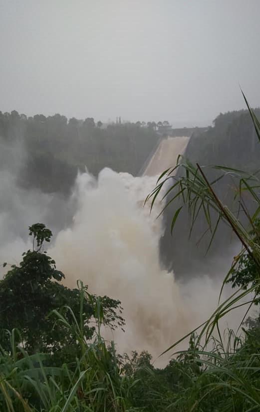 Clip: Thủy điện lớn nhất Quảng Trị xả lũ 1.110 m3/s vì hết khả năng trữ nước - 1