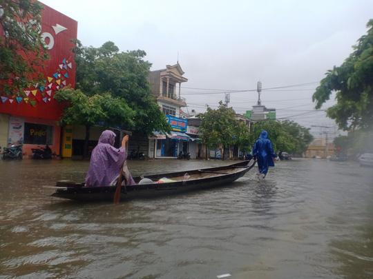 Huế- Quảng Trị: Lũ lớn quay lại, người dân bì bõm trong biển nước - 1