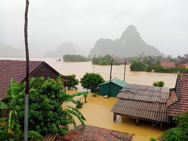 Lũ lịch sử ở Quảng Bình: Hơn 34.000 nhà dân ngập lụt, dân cuống cuồng chạy lũ trong đêm - 1