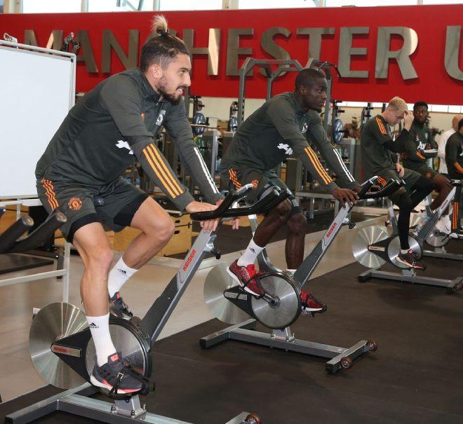 Cavani hừng hực tập buổi đầu với MU, chờ ra mắt và tái đấu PSG ở Cúp C1 - 8