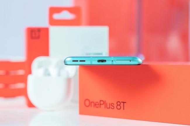 Sạc nhanh Warp 65 có khả năng nạp58% pin chỉ trong15 phút. Nó sử dụng công nghệ sạc pin đôi (twin-battery charging) để rút ngắn thời gian sạc đầy viên pin 4.500mAh của OnePlus 8T 5G chỉ còn 39 phút.