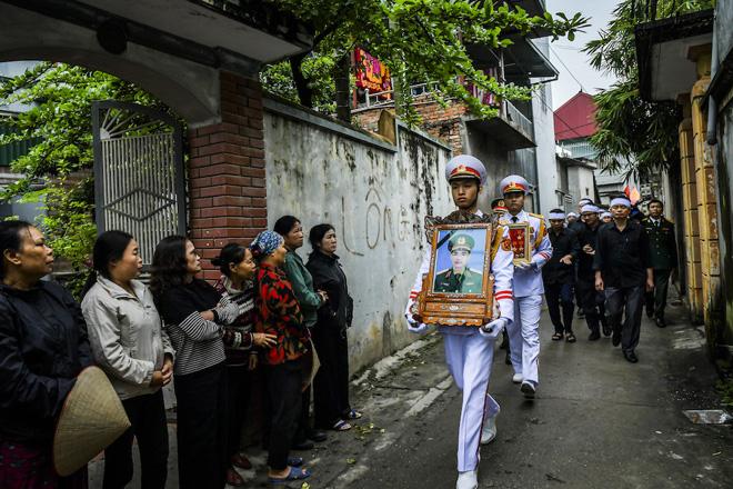 Hàng nghìn người tiễn đưa thiếu tướng Nguyễn Hữu Hùng về đất mẹ - 1