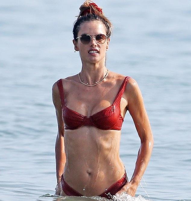 Siêu mẫu Victoria's Secret diện bikini khoe body săn chắc - 3