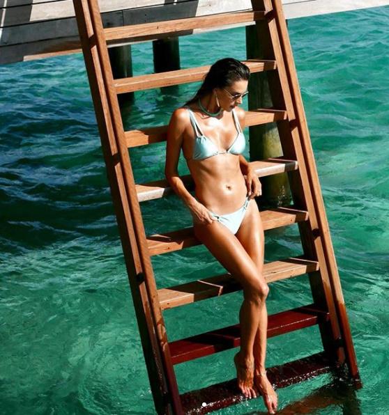 Siêu mẫu Victoria's Secret diện bikini khoe body săn chắc - 6