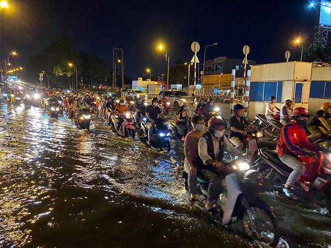 Nước đen ngòm từ cống trào lên, bủa vây khắp ngõ ngách Sài Gòn - 1