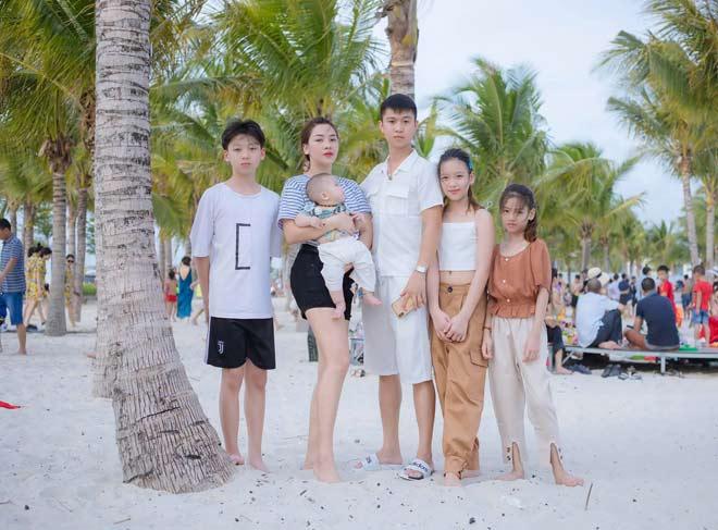Bức ảnh gia đình gây xôn xao, bà mẹ 4 con hơn chồng 11 tuổi vẫn trẻ đẹp mơn mởn - 1