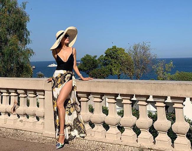 Cô rất thích đi du lịch và chăm chỉ khoe ảnh trên mạng xã hội.