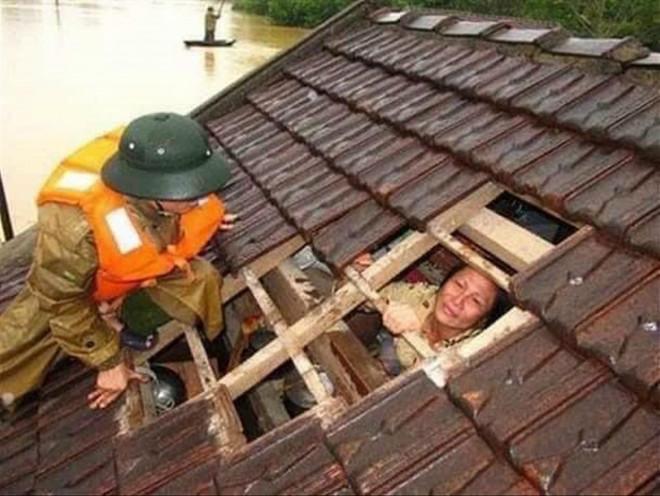 Dân miền Trung vật lộn trong 'đại hồng thủy': Quảng Bình thất thủ - 1