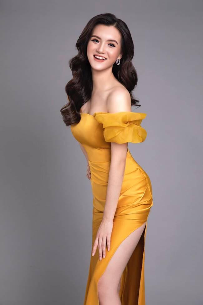 Tú Quỳnh khoe cô đã trở thành tân sinh viên của Đại học Thương mại và đây được xem là dấu mốc quan trọng để cô thêm tự tin hoàn thiện bản thân mỗi ngày.