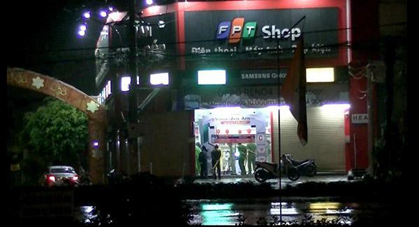 Trộm đột nhập FPT Shop lấy điện thoại di động - 1
