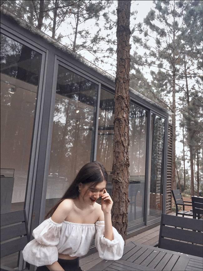 Tú Quỳnh sở hữu phong cách thời trang trẻ trung, nữ tính đời thường.