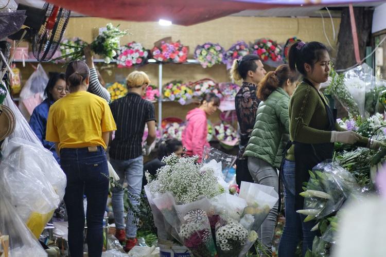 """Cửa hàng hoa đông nghẹt thở, cánh """"mày râu"""" xếp hàng từ sáng đến chiều mua hoa tặng vợ - 1"""