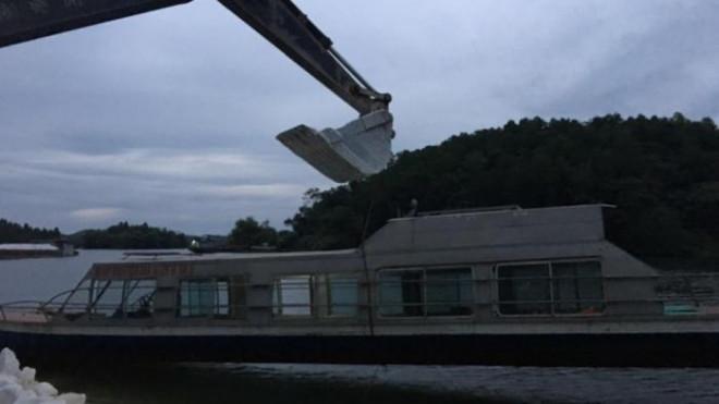 Ông chủ ở Yên Bái tự nguyện đưa tàu 3,5 tấn vào cứu trợ người dân vùng lũ - 1
