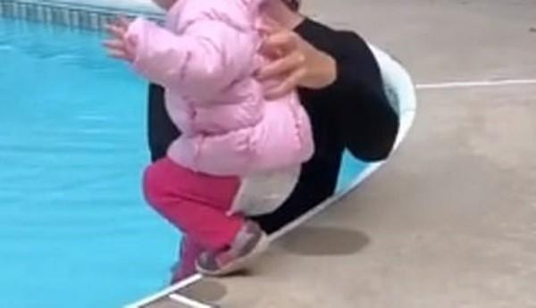 Cô giáo dạy bơi gây tranh cãi khi đẩy bé gái 1 tuổi ngã xuống bể, gọi đó là cách dạy tốt - 1