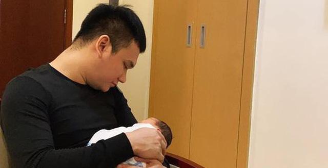 Khắc Việt lần đầu khoe ảnh và tiết lộ luôn tên thân mật của con gái đầu lòng - 1