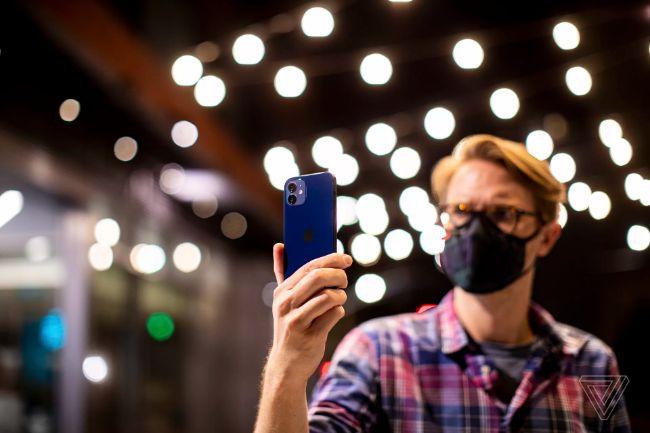 Apple nói rằng hiệu suất ánh sáng yếu đã được cải thiện và công ty đã tiếp tục những tiến bộ trong lĩnh vực chụp ảnh điện toán để tối đa hóa chi tiết và dải động.Camera trước trên iPhone 12 cũng được trang bị Night Mode.