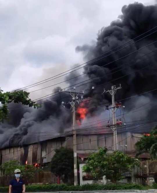 Cháy dữ dội trong khu công nghiệp ở TP.HCM - 1