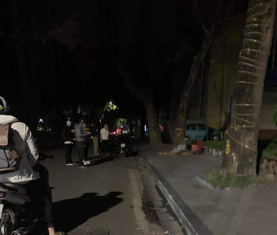 Lao thẳng xe máy vào gốc cây trên phố, 2 cô gái thương vong - 1