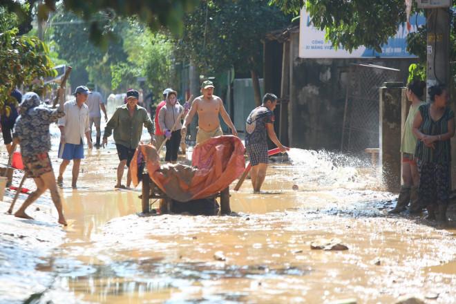 Người dân rốn lũ ngấn nước mắt bới bùn vớt vát tài sản - 12