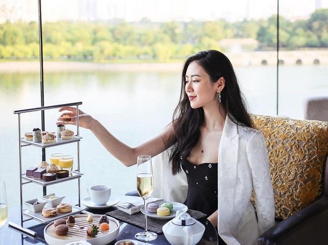 Mai Vân Trang sinh năm 1997, là cựu học sinh THPT chuyên Ngoại ngữ, sau đó trở thành du học sinh ở Phần Lan. Cô sinh ra trong gia đình điều kiện và có bạn trai kín tiếng.