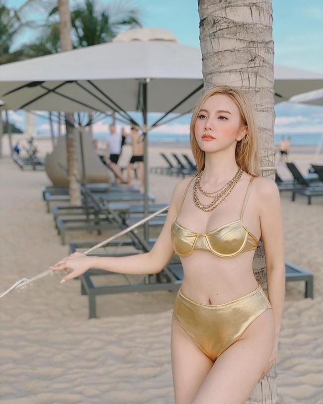 Hạnh Sino sinh năm 1990, được biết là một trong những hot girl đời đầu khi thành danh từ cuộc thi Miss Teen.