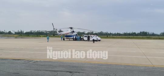 Trực thăng đưa 2 lãnh đạo xã bị thương nặng ở Quảng Trị vào Huế cấp cứu - 1