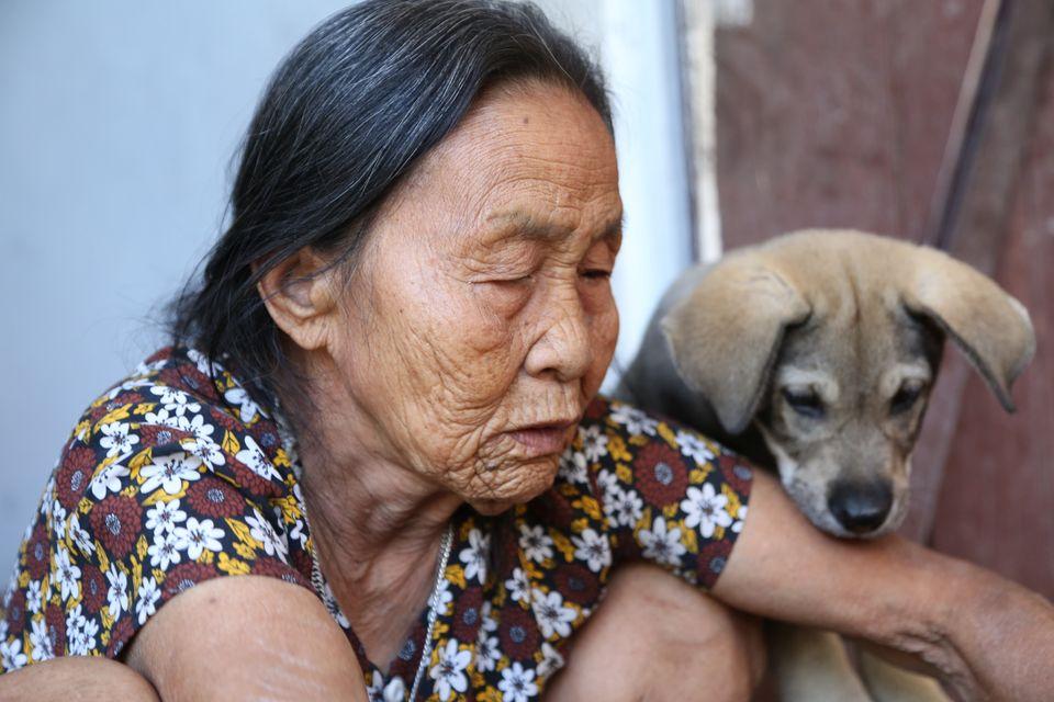 """Cụ bà cõng bao quần áo, mì tôm ủng hộ miền Trung: """"Của ít lòng nhiều, chết có mang đi được đâu"""" - 4"""