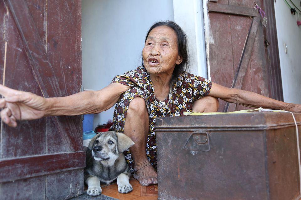 """Cụ bà cõng bao quần áo, mì tôm ủng hộ miền Trung: """"Của ít lòng nhiều, chết có mang đi được đâu"""" - 5"""
