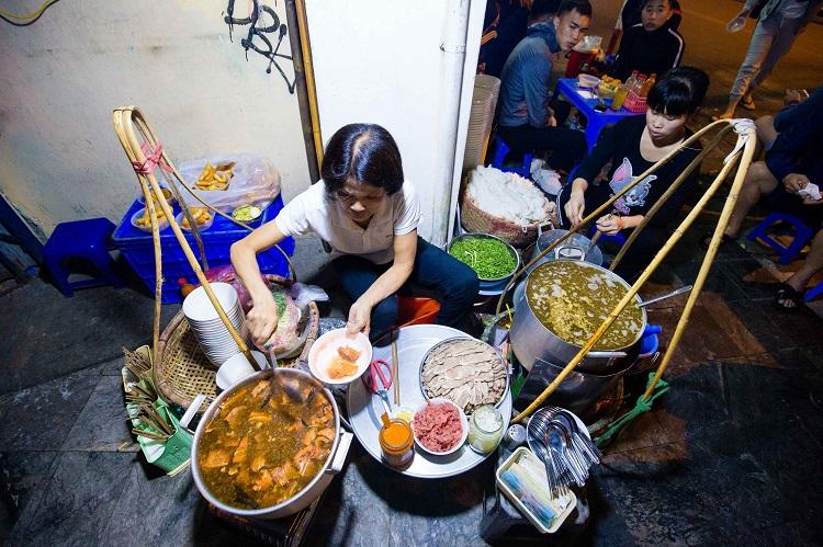 Quán phở 30 năm không ngủ ở Hà Nội, chỉ bán lúc nửa đêm, khách đợi 2 tiếng mới tới lượt - 1