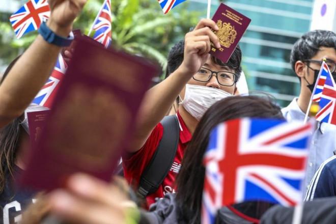 Anh ra thị thực đặc biệt 'đón' dân Hong Kong, Bắc Kinh đe dọa - 1