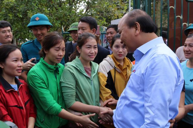 Hình ảnh Thủ tướng Nguyễn Xuân Phúc thăm hỏi, động viên nhân dân rốn lũ Quảng Bình - 1