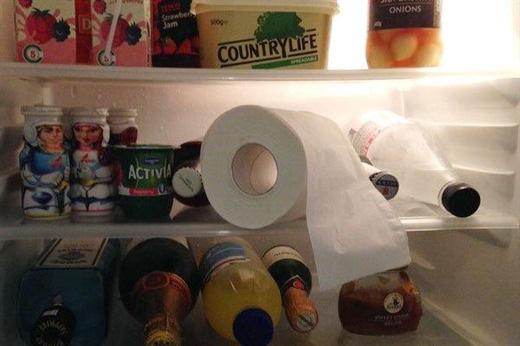 Quên cuộn giấy vệ sinh trong tủ lạnh, ai ngờ xảy ra điều kỳ diệu khiến chị em làm theo ngay - 1