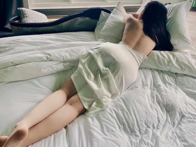 Đời sống Showbiz - Con dâu tỷ phú Hoàng Kiều khoe ảnh nóng bỏng trong khách sạn 5 sao: Dân mạng tò mò người chụp