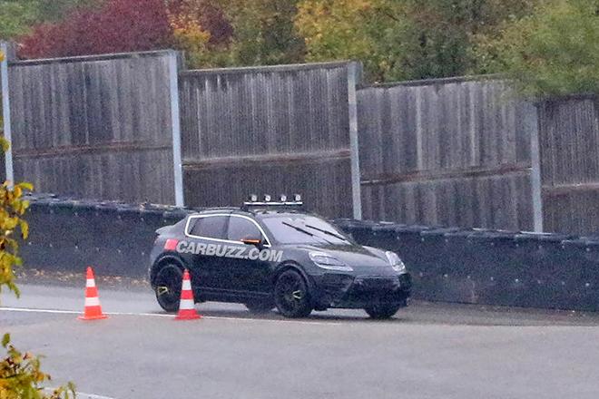 Porsche Macan EV được bắt gặp chạy thử nghiệm, nhìn đuôi xe tưởng Aston Martin DBX - 1