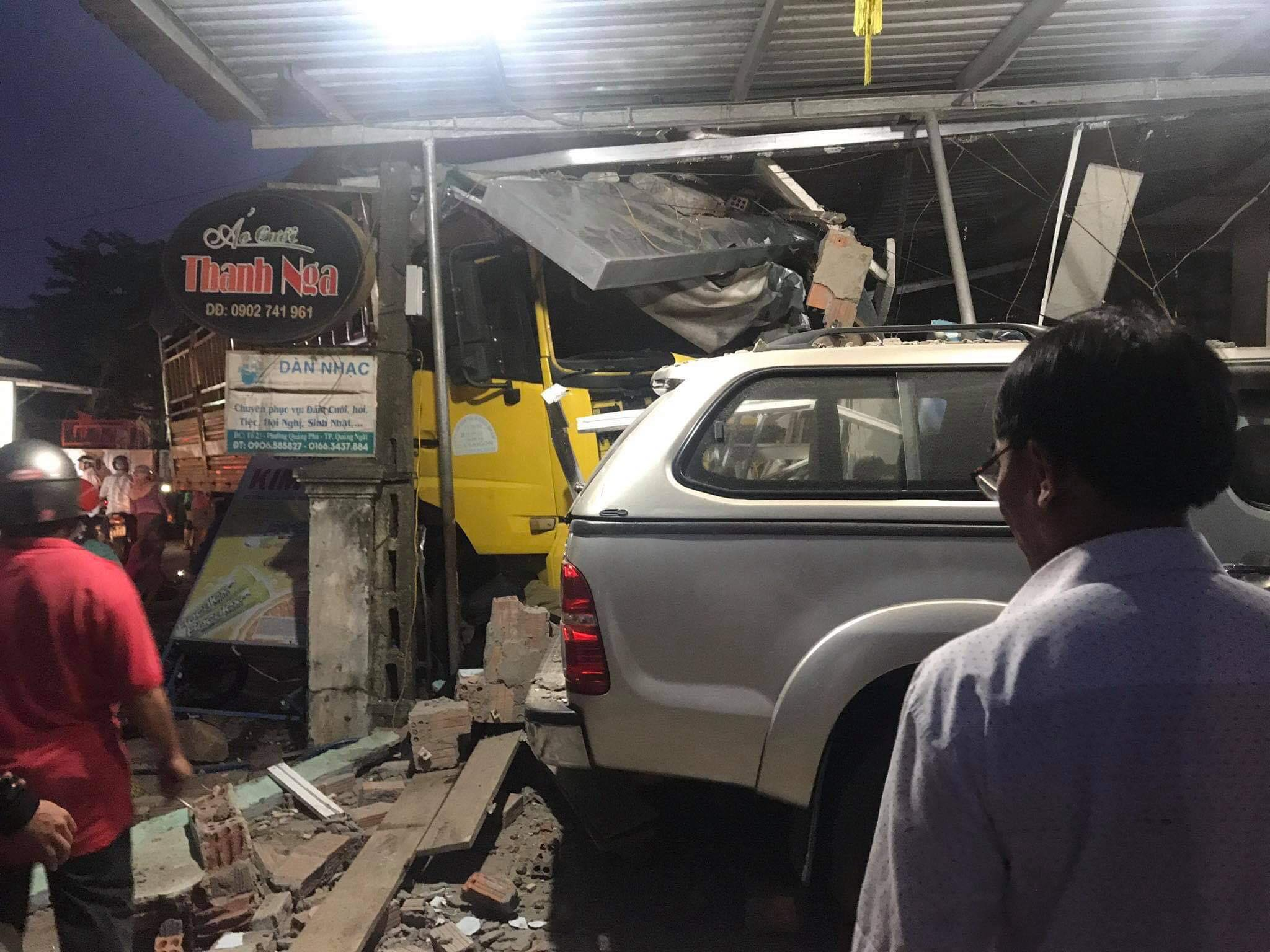Quảng Ngãi: Ô tô tải lao vào nhà dân, 3 người chết, nhiều người bị thương - 1
