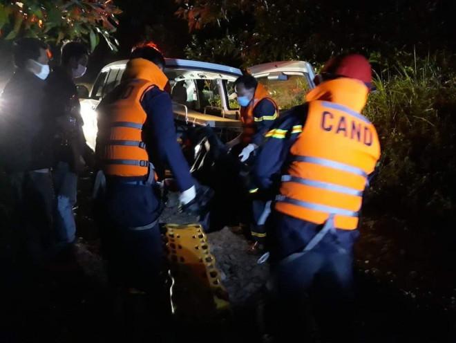 Xuyên đêm đưa thi thể nạn nhân mất tích ở Rào Trăng 3 trở về - 1
