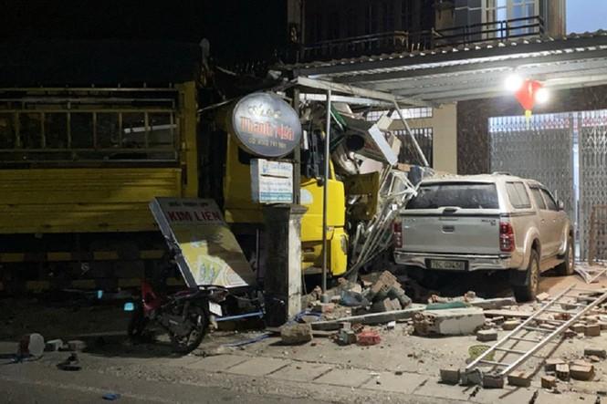Vụ xe tải tông vào nhà dân, làm nhiều người chết: Một nạn nhân là công an - 1