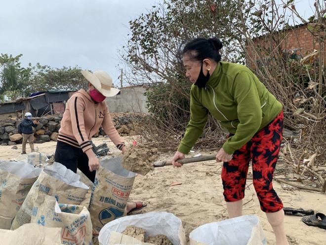 Người dân Quảng Ngãi hối hả ra biển lấy cát chống bão số 9 - 1