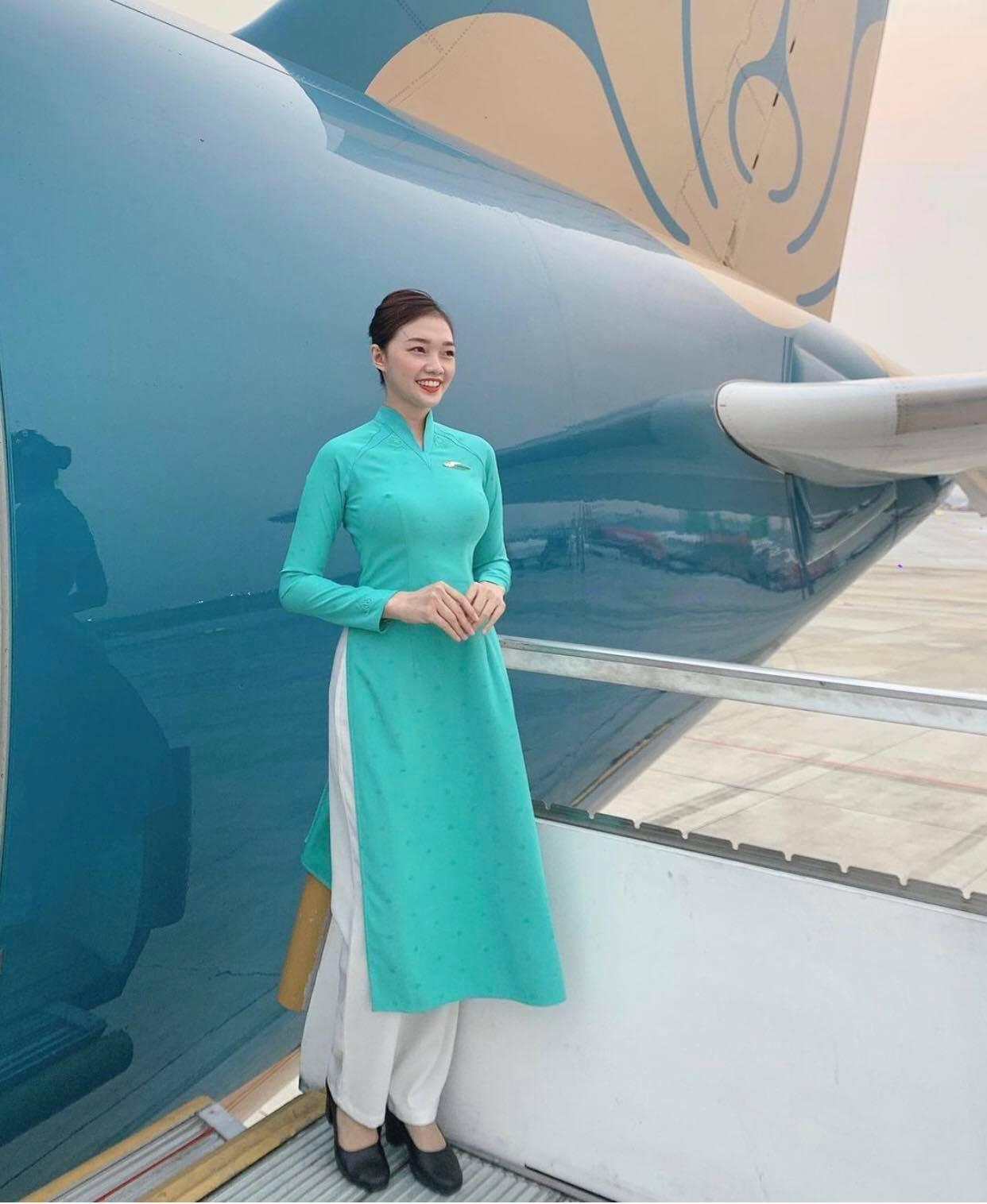 Tiếp viên khoang thương gia hãng hàng không quốc gia Việt giữ da trắng như bông bưởi - 1