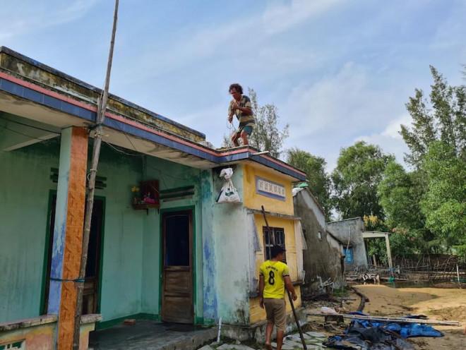 Chùm ảnh: Người dân tất bật chằng nhà cửa để sơ tán bão số 9 - 1