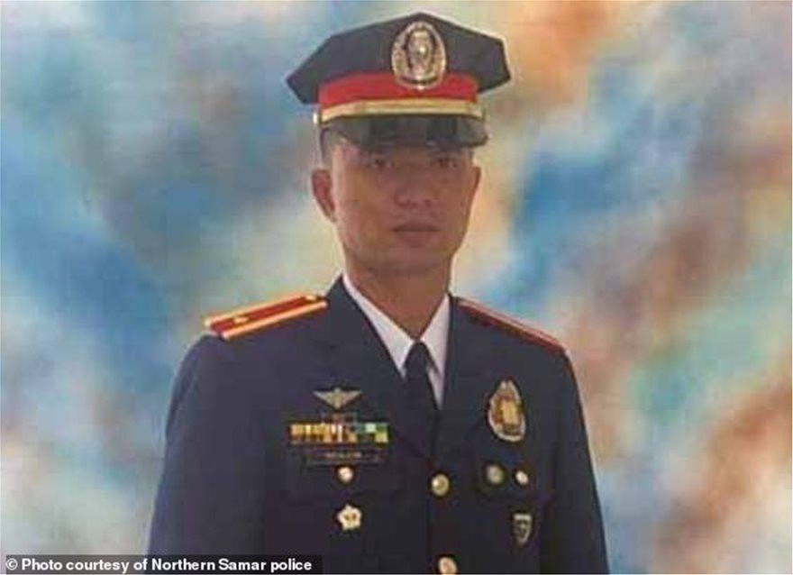 Philippines: Đang truy bắt tội phạm, cảnh sát bị gà chọi cựa bịt sắt đá tử vong - 1