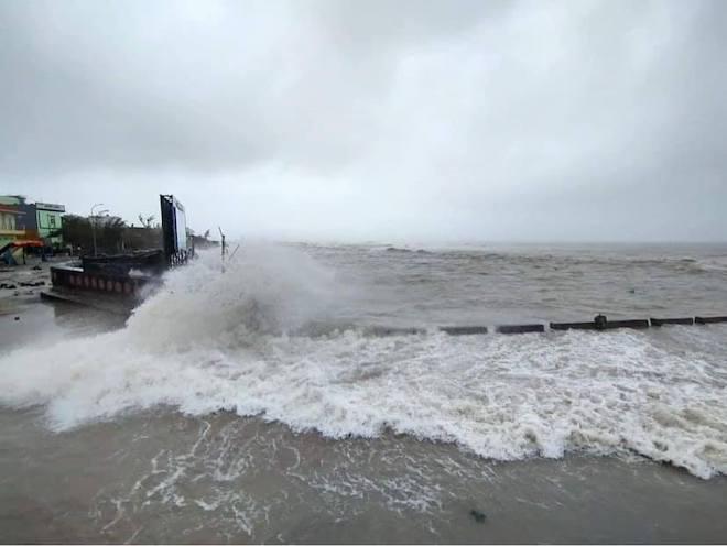 Quảng Ngãi: Cảnh tan hoang ở huyện đảo Lý Sơn sau khi bão số 9 càn quét - 11