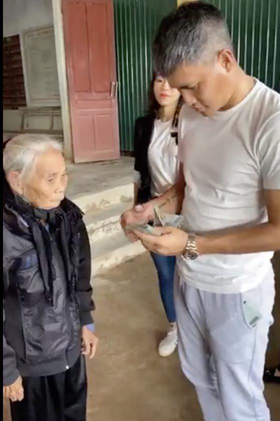 Công Vinh gây xúc động với 1 câu nói trong hành trình cứu trợ miền Trung - 1
