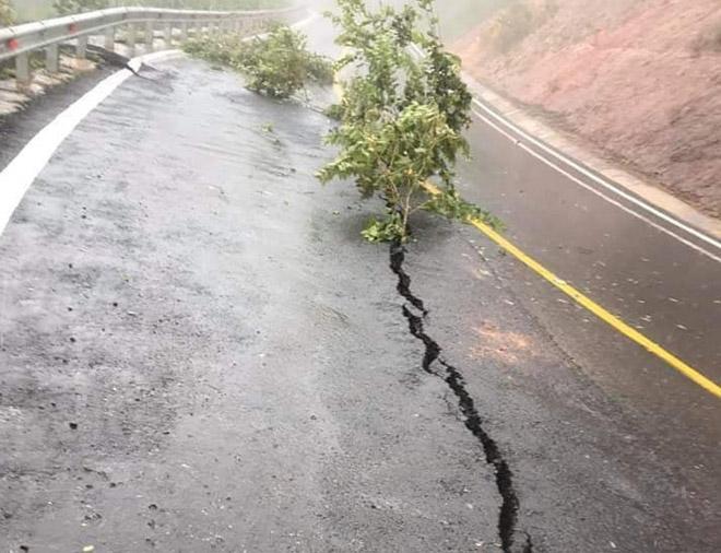 Sau bão số 9, xuất hiện vết nứt kéo dài hơn 15m trên Quốc lộ - 1