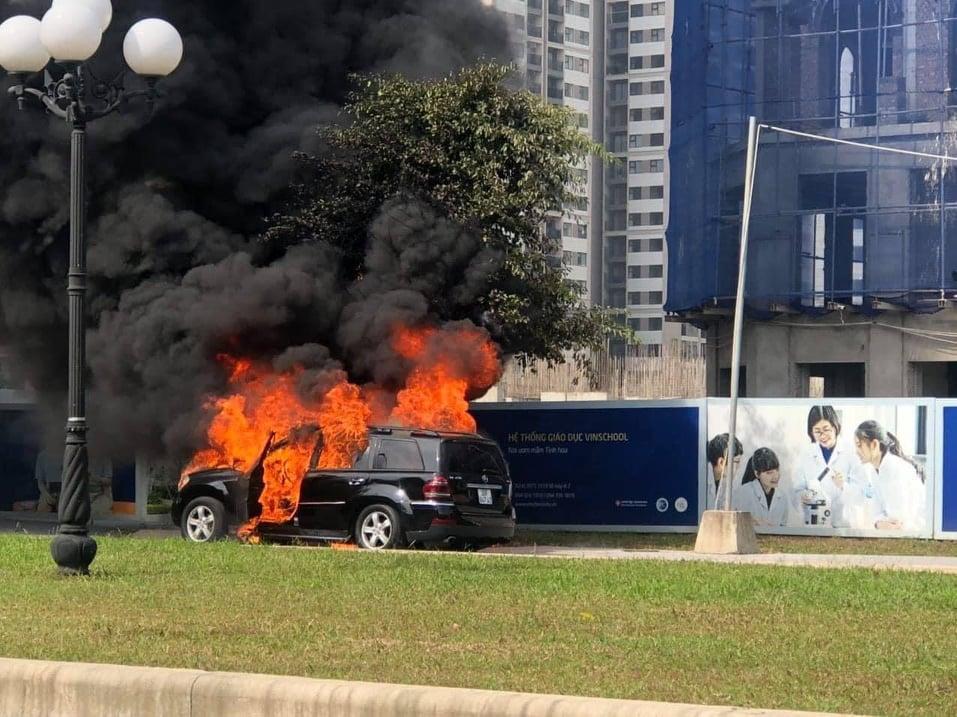 Đang đi trên đường, xe Mercedes GL450 bất ngờ bốc cháy ngùn ngụt - 1