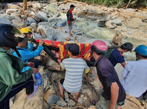 Sạt lở kinh hoàng ở Trà Leng: Tìm thấy thêm 2 thi thể, chó nghiệp vụ vào cuộc - 1