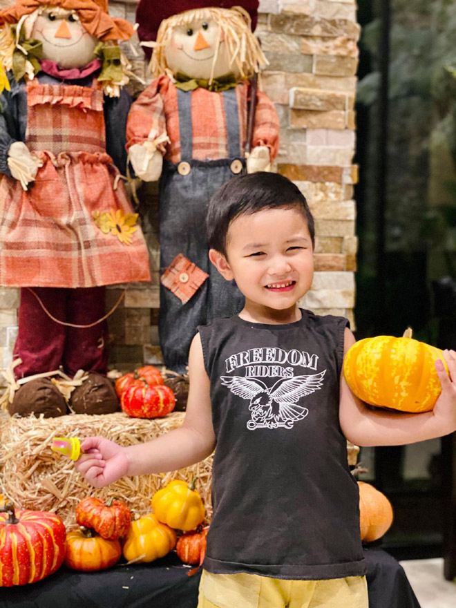 """Con trai Đan Trường cùng mẹ trang trí """"siêu biệt thự"""" đón Halloween - 1"""