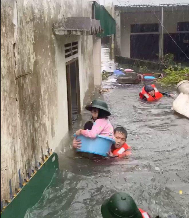 Mưa trắng trời, TP.Vinh và TP.Hà Tĩnh ngập khủng khiếp, có nơi nước gần tới mái nhà - 11