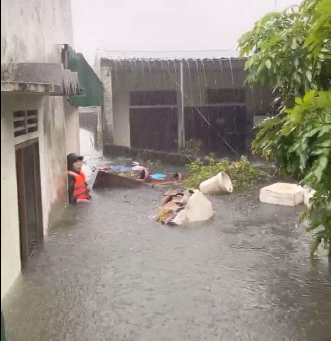 Mưa trắng trời, TP.Vinh và TP.Hà Tĩnh ngập khủng khiếp, có nơi nước gần tới mái nhà - 13